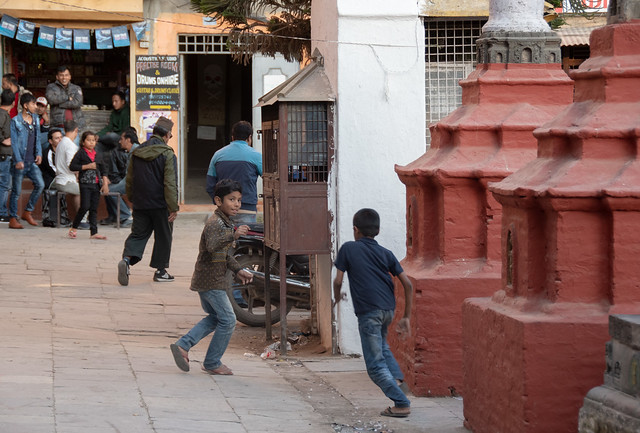 Enfants qui jouent dans la rue