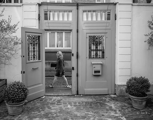 par la porte