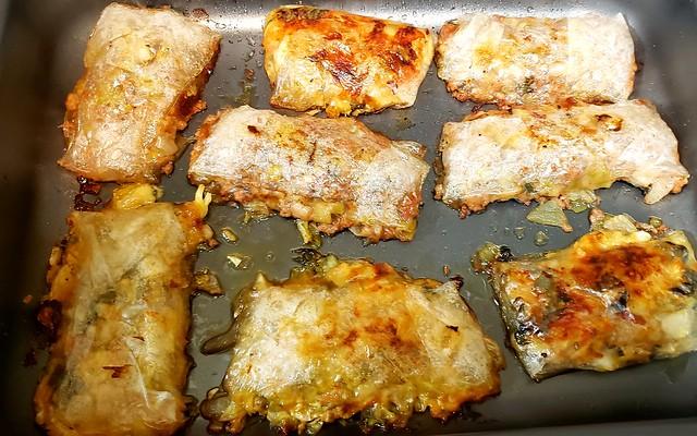 #140719 #jantar #pasteis assados de massa de arroz com recheio de carne e de queijo #dinner #meat and cheese pastry
