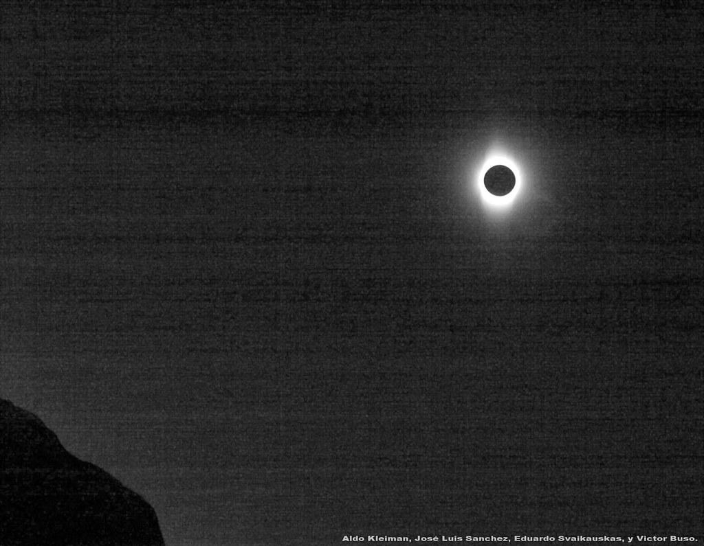 Eclipse total de sol sobre las montañas de San Juan bis.