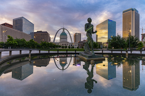 stlouis missouri unitedstatesofamerica olympicrunner statue gatewayarch reflection sunrise dawn buildings keinerplaza city architecture sky clouds colorful urban plaza square downtown courthouse park outdoors travel usa