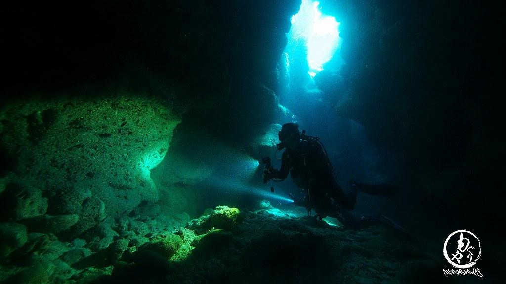 洞窟を探検
