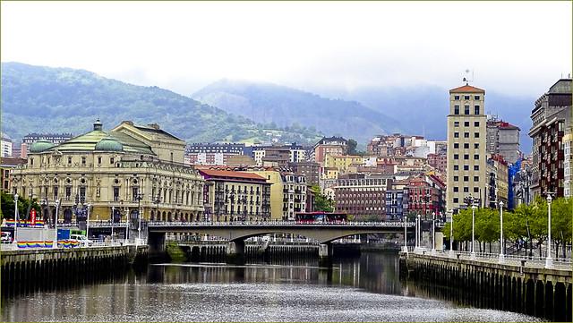 ESP - Bilbao - Viscaya - Vista do Teatro Arriaga Antzokia e Ponte Arenal