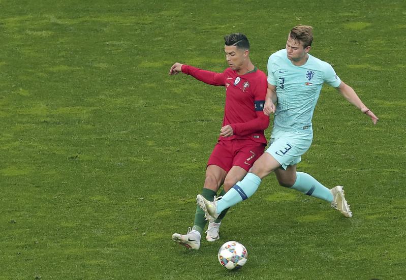 Matthijs de Ligt(右)與Cristiano Ronaldo(左)。(達志影像資料照)