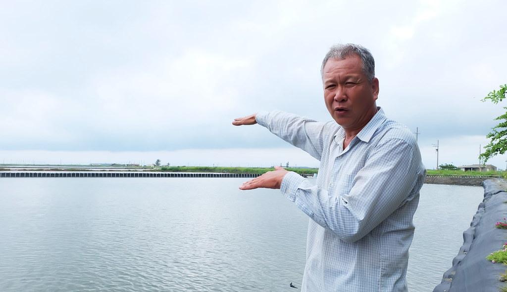 七股沿海土地資源保護協會理事長楊惠欽說明七股沿海的生態養殖是利用漲退潮引用海水、不抽地下水。攝影:陳文姿