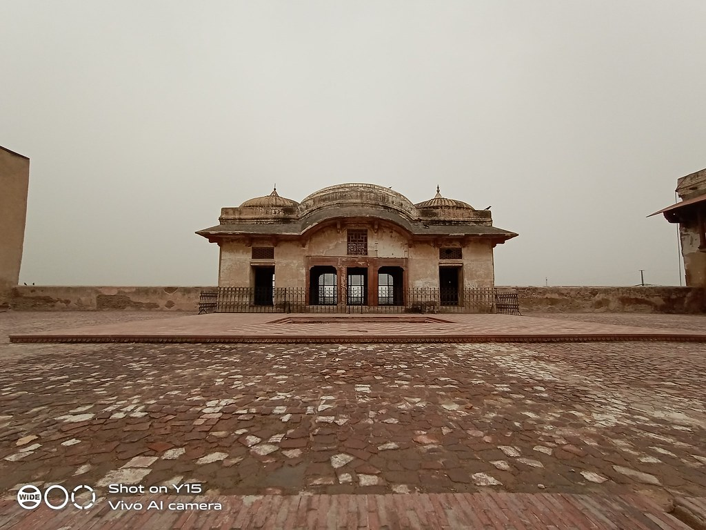 ultra-wide shot inside lahore fort mobile photography