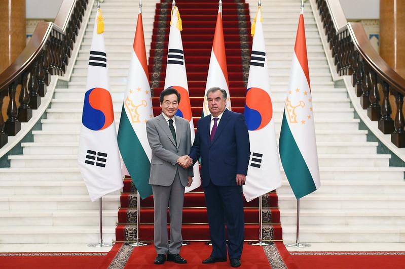 Президент Республики Таджикистан Эмомали Рахмон встретился с Премьер-министром Республики Корея Ли Наком Ёном