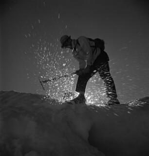 A man using an ice axe, British Columbia / Un homme utilise un piolet (Colombie-Britannique)
