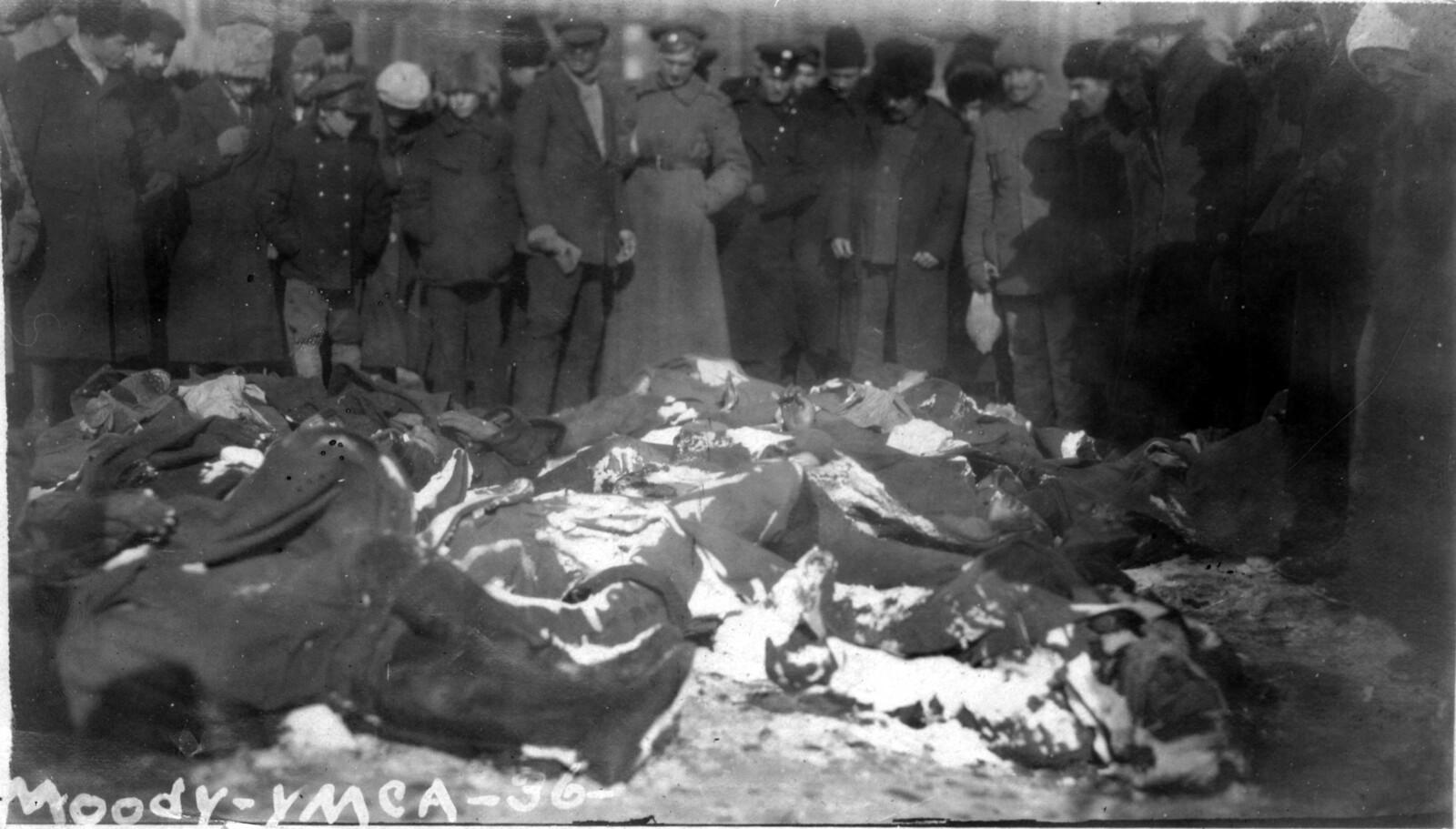 09.  Толпа смотрит на убитых повстанцев. 18.11..1
