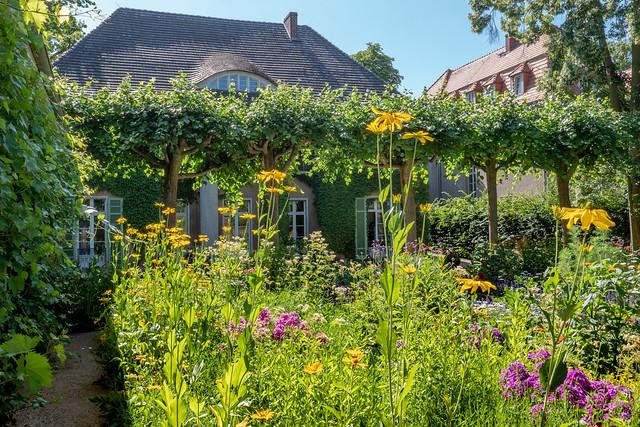 Berlin: Blick aus dem  Bauerngarten zur Liebermann-Villa - Liebermann Villa seen from the cottage garden