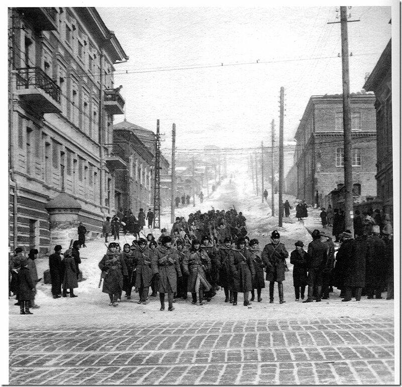 1-й батальон Учебной инструкторской школы спускается по улице Полтавской