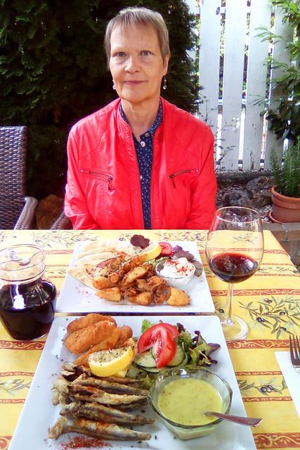 Bad Wörishofen 2019 ... In der griechischen Taverne ... Kalamares, Salat, Zaziki, Fladenbrot ... Frittierte Sardinen und panierter Halloumi, Zitronensauce, Salat, Pommes frites ... Fotos: Brigitte Stolle