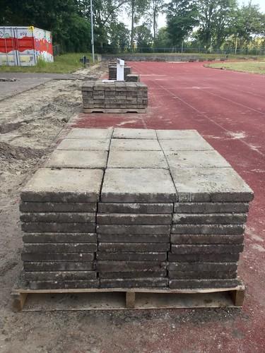 Stoeptegels op houten pallets.