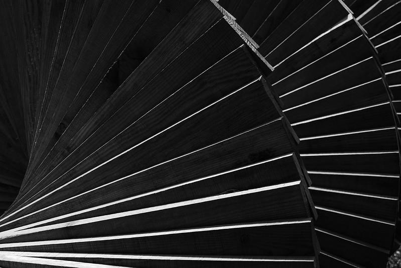 Un escalier posé sur le sol 48302461492_68b4f63a79_c