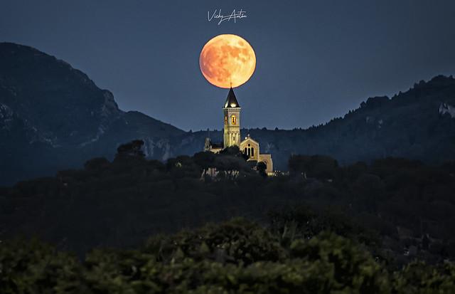 Luna llena sobre la Muntanyeta del Salvador