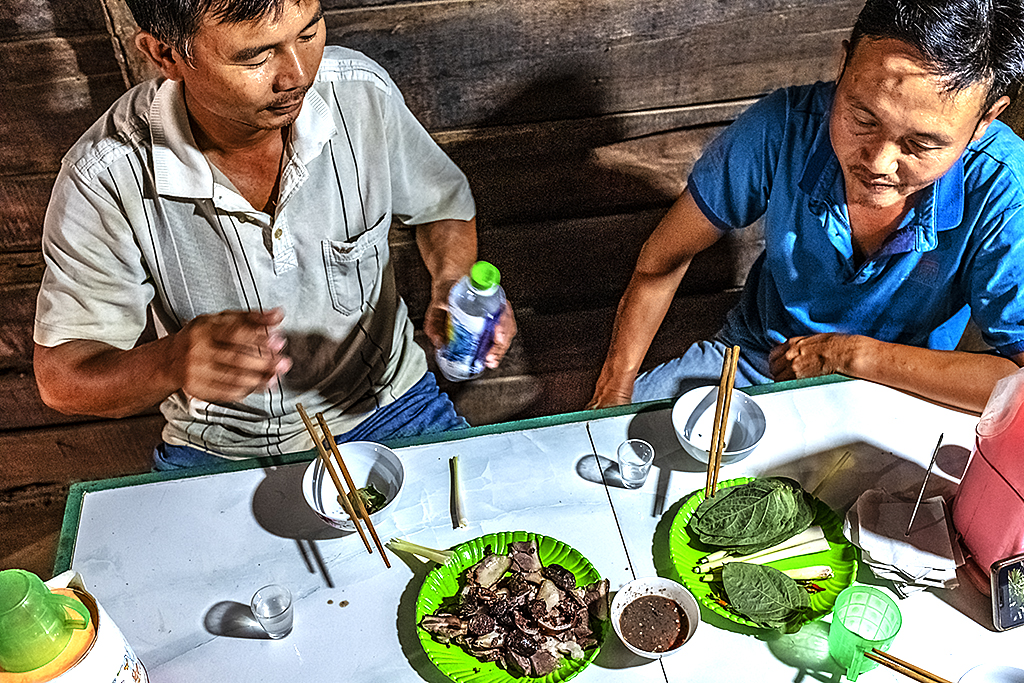 Long and Tuan eating dogmeat and drinking rice wine after work--Ea Kly