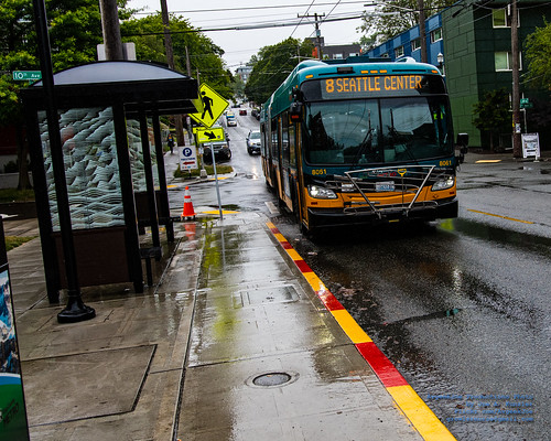 Incoming New Flyer Industries XDE60 of King County Metro in the Rain