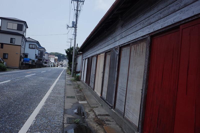 みさきまぐろきっぷの旅 城ヶ島の通り沿い 色んな色の引き戸