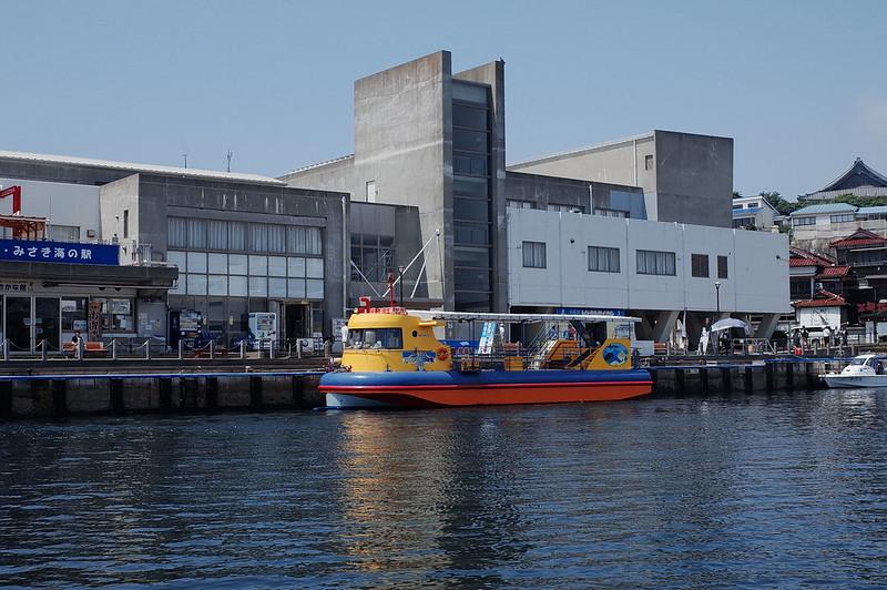 みさきまぐろきっぷの旅 城ヶ島港渡船さんしろ号から臨むにじいろさかな号