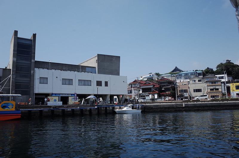 みさきまぐろきっぷの旅 城ヶ島港渡船さんしろ号から臨むうらりマルシェさかな館