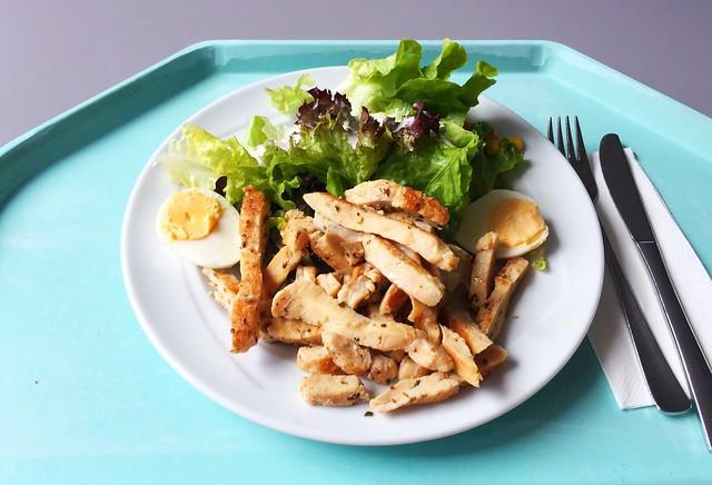 Mixed salad dish with egg & turkey stripes / Gemischter Salat mit Ei & gebratenen Hähnchenbruststreifen