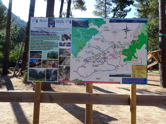 Le nouveau panneau avec le plan des parcours PRx au départ du sentier du gué du Cavu