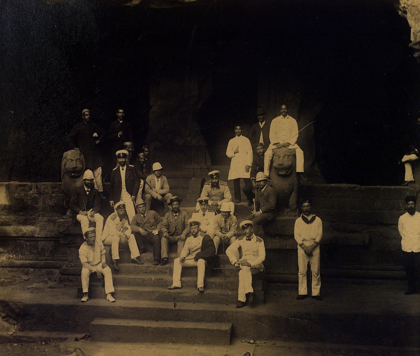 02. 1890. Индия. Групповой портрет в пещерах Эллоры. Штат Махараштра
