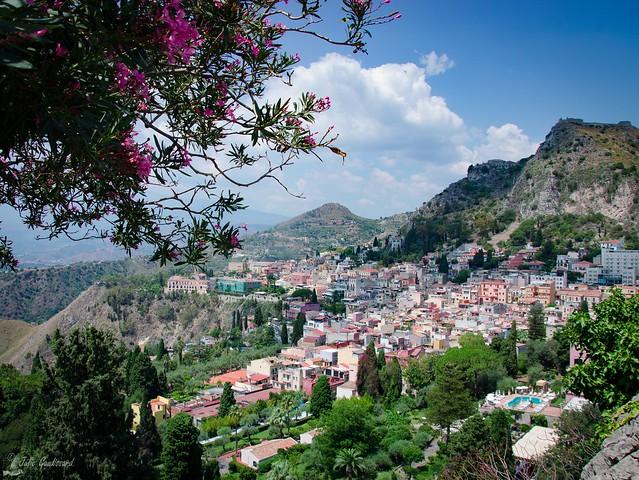 Taormina surveillée par l'Etna 🌸