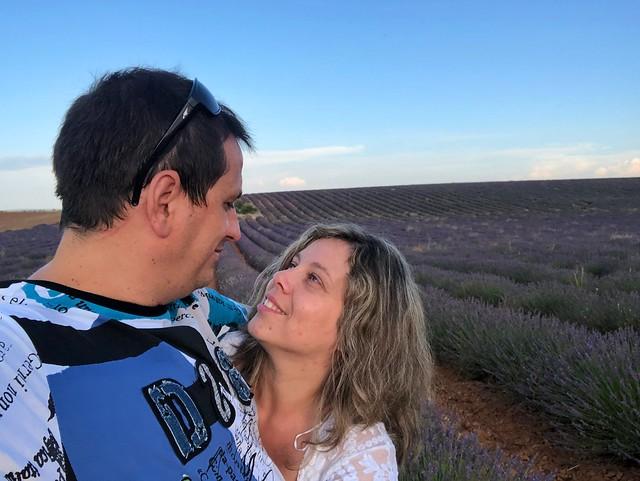 Sele y Rebeca en los campos de lavanda de Brihuega (Guadalajara)