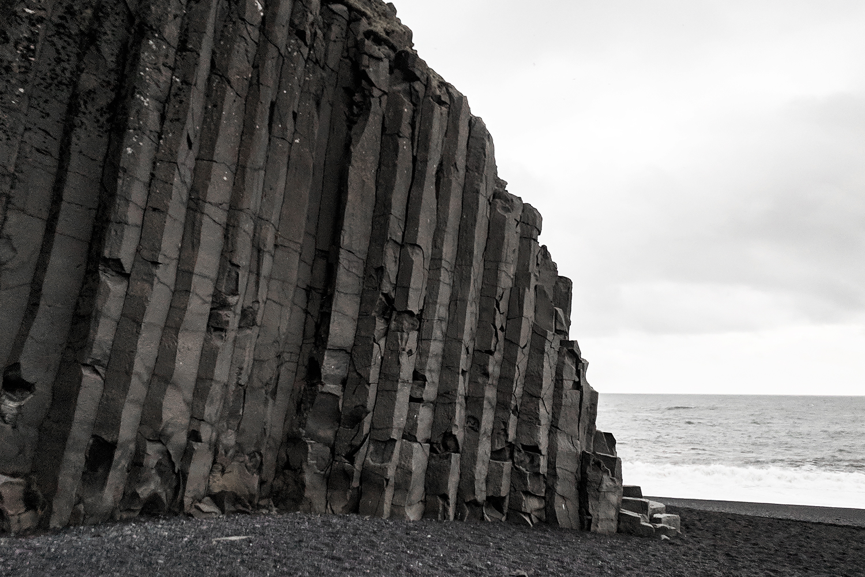 15iceland-vik-reynisfjara-blacksandbeach-basaltcolumns-travel-style