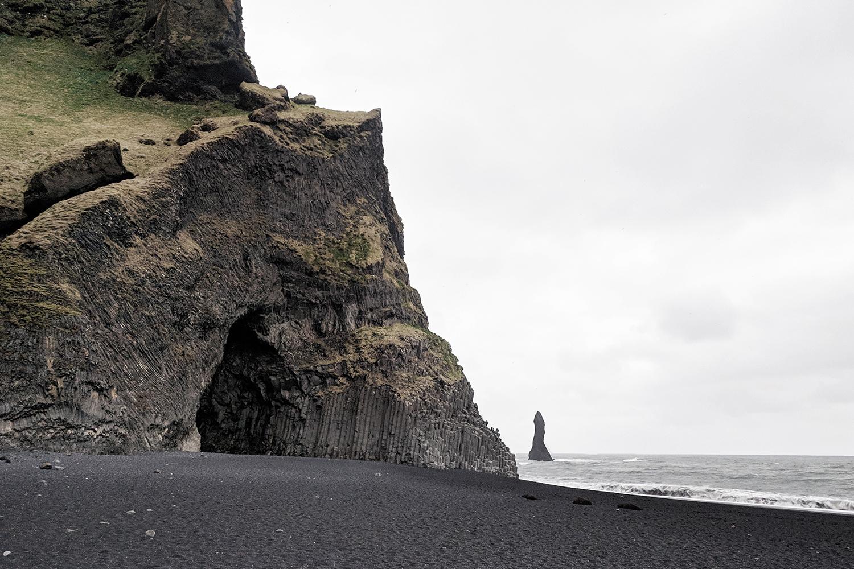 14iceland-vik-reynisfjara-blacksandbeach-basaltcolumns-travel-style