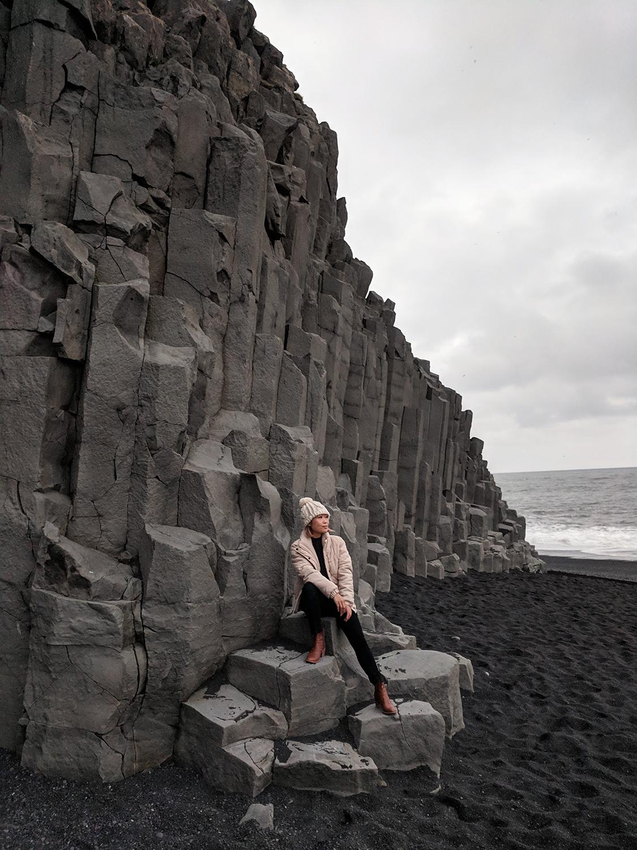 16iceland-vik-reynisfjara-blacksandbeach-basaltcolumns-travel-style