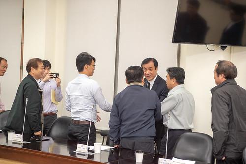 圖04. 立法院蘇院長與本會幹部握手寒暄。
