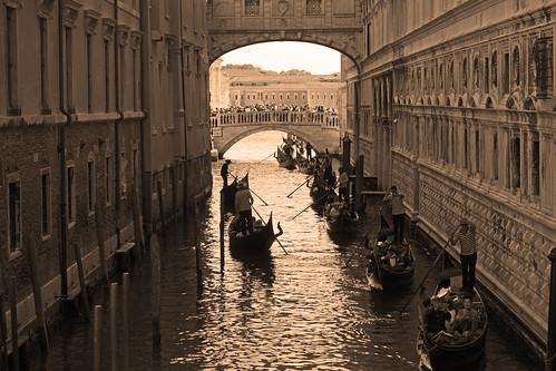 bridge sighs venetian gondoliers venice ponte dei sospiri