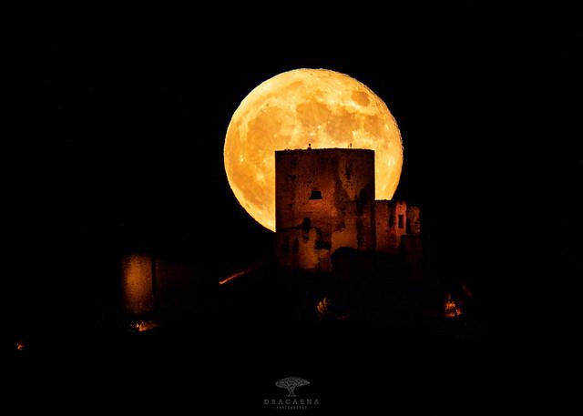 Luna llena sobre el Castillo de la Estrella