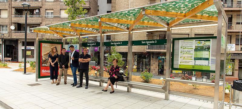 La imagen muestra la nueva marquesina y la parada de autobús de San Ignacio, 3 en Ermua