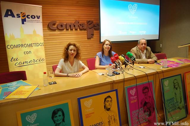 La presidenta de ASECOV, Soledad Gómez, flanqueada por la 1ª teniente de alcalde del Ayto. de Salamanca, Ana Suárez y por el concejal de Comercio del Consistorio, Ricardo Ortiz.