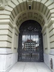 puerta exterior Palacio Federal de Suiza o del Parlamento en Bundesplatz Plaza de la Confederacion Berna Suiza