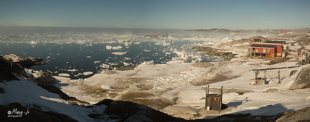 La petite ville au milieu des icebergs...  The small town in the middle of icebergs ...