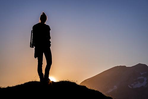 frau woman femme scherenschnitt silhouette sonnenuntergang sunset coucherdusoleil dusk crépuscule berge gebirge mountain montagne menschen people canon eos 6d