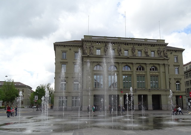 edificio exterior Banco del Canton de Berna y fuente en Bundesplatz Plaza de la Confederacion Berna Suiza