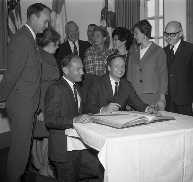 Signature du livre d'or en présence du maire Jean Drapeau, Archives de la Ville de Montréal, VM94-E2515-018