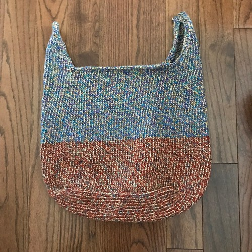 I woven in the ends and sewn together the top of the straps on my Summer Commitment bag and blocked it!