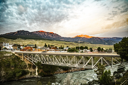 montana gardiner parkcounty town yellowstonenationalpark yellowstoneriver bridge buildings absarokalodge river clouds cloudscape sunrise gallatinmountains dawn panorama