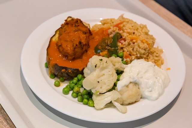 Veganes Gericht: Überbackene Aubergine mit Soja, Bulgur, grüne Erbsen und Blumenkohl