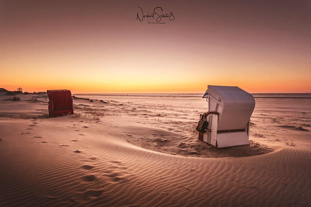 Die Seele baumeln lassen am Juister Strand nach dem Sonnenuntergang.