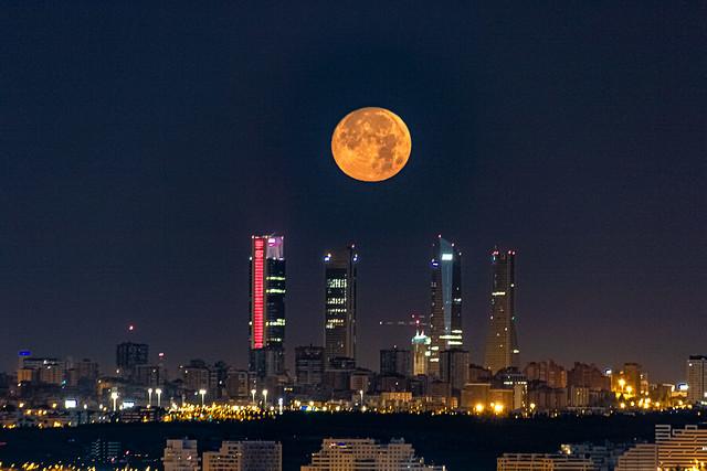 The full moon over Madrid ....., La luna llena sobre Madrid.....