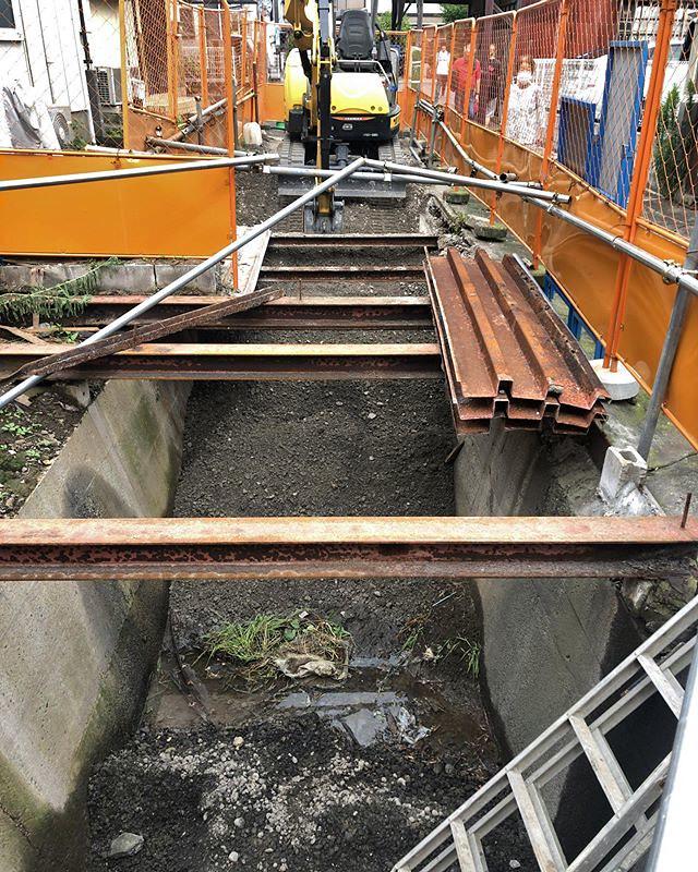 足洗川の暗渠が埋め立ての模様。つーか、すでに埋め立てが…。(金網越しの撮影)