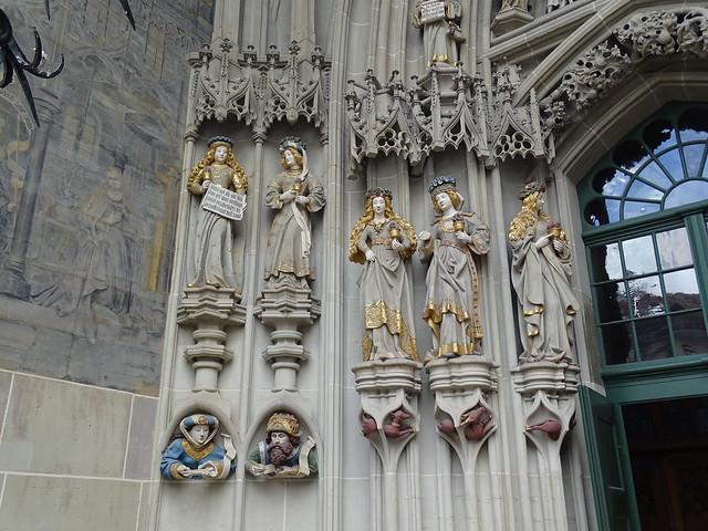 portada esculturas exterior Catedral de San Vicente Berna Suiza 01