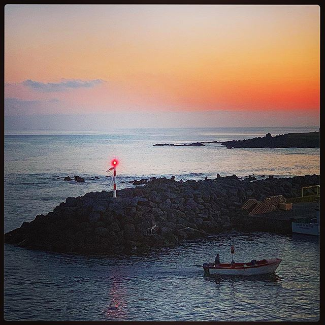 Coming home. A small fishing boat returns to Lagoa after sunset from a day out at sea. 🚣♀️ 🌊 🐠 🌅  #Azores #portugal #fishingboat #boat #beacon #sunset #boat #cominghome #fishing #lagoa
